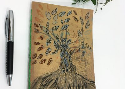 PAPETERIE-TYM-BLUEVERT SOUL-MIXED MEDIA ART-CARNET ARTISANAL-COUSU MAIN-PAGES VIERGES-FORMAT A5-MOTIF ARBRE DE VIE URBAINE-BLUE ORANGE ET NOIR-FACE