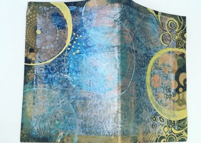 PAPETERIE-TYM-BLUEVERT SOUL-MIXED MEDIA ART-CARNET ARTISANAL-RELIURE AGRAFÉE-PAGES VIERGES-COUVERTURE MONOTYPE-BLEU ET OR-FORMAT A5