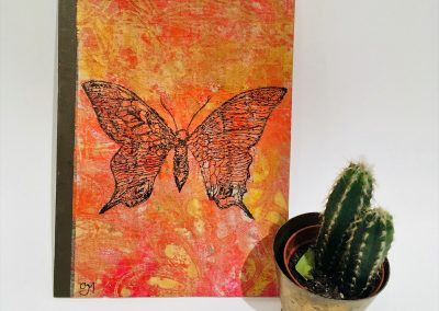 PAPETERIE-TYM-BLUEVERTSOUL-MIXED MEDIA ART-CARNET-COUVERTURE MONOTYPE-MOTIF PAPILLONS ORANGE ET ROUGE-PAGES LIGNÉES-FORMAT A5
